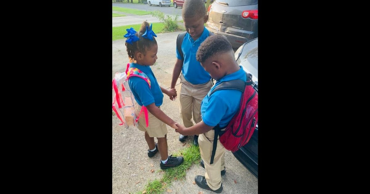 Mom Snaps Picture of Kids Praying Together on the First Day of School Just Hours After Losing Home